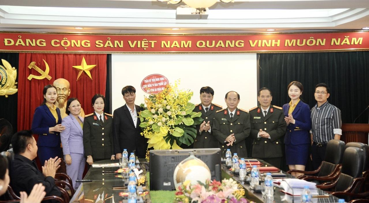 Nhân dịp này, Công ty TMV Ngọc Dung có lẵng hoa chúc mừng Báo CAND kỷ niệm 74 năm Ngày phát hành số báo đầu tiên.
